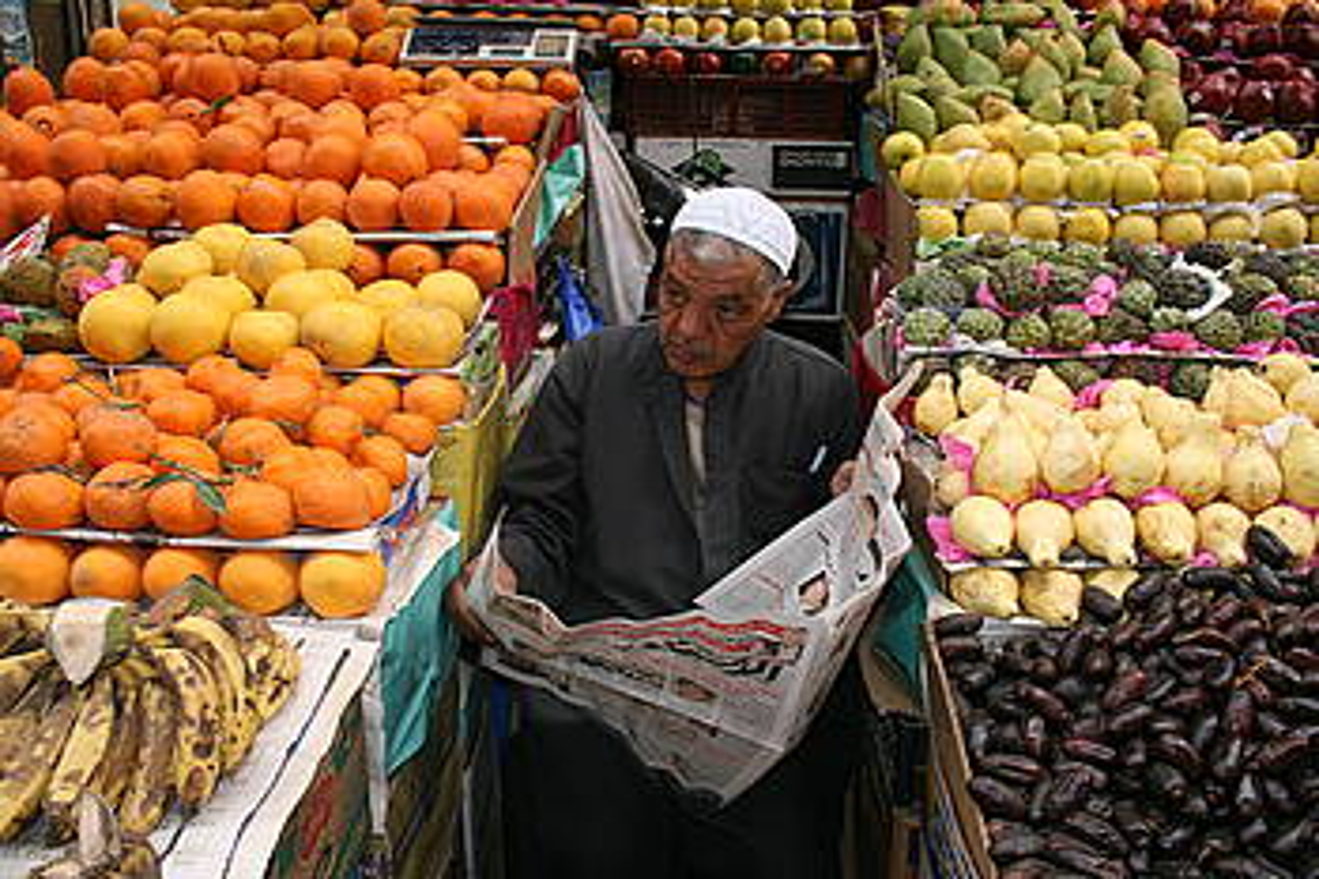 Gizon bat fruta saltzen, Kairon. / KRISTINA BERASAIN