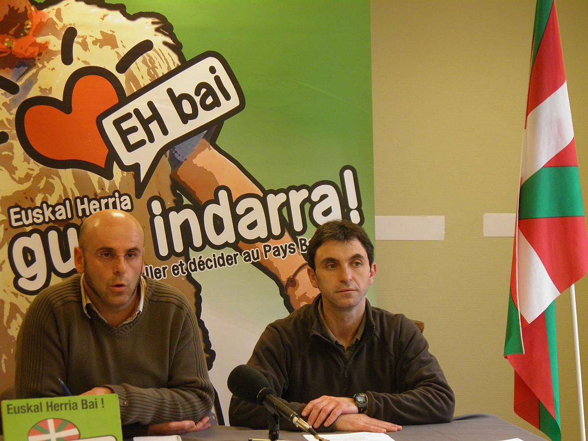 Daniel Harotzaren eta Xabi Larralde, atzoko agerraldian. / BERRIA