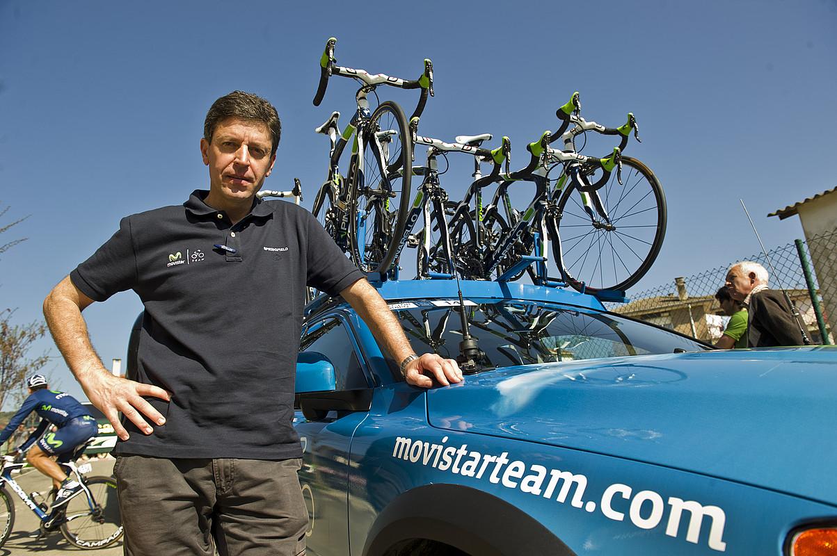 Jose Luis Jaimerena, Movistar taldearen autoaren ondoan, Villatuertan, hirugarren etapa abiatu aurretik.