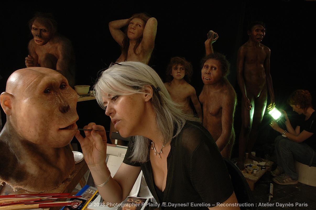 Elisabeth Daynes, Parisko bere tailerrean lanean. <em>Paranthropus boisei</em> hominido harra itxuratzen ari da, duela 2,5 milio urteko banakoa.