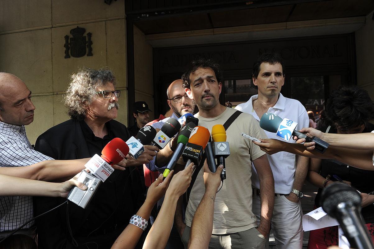 Joan Tarda, Aitor Bezares eta Niko Moreno, atzo, Auzitegi Nazionaleko atarian. / ANDONI CANELLADA / ARGAZKI PRESS