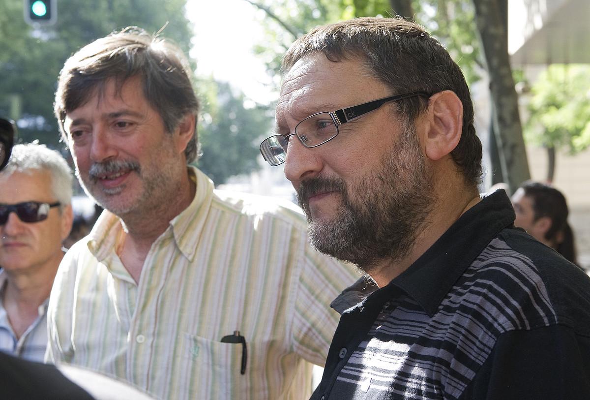 Rafa Diez eta Txelui Moreno, jendearekin hizketan, Auzitegi Nazionaleko atarian. / ANDONI CANELLADA / ARGAZKI PRESS
