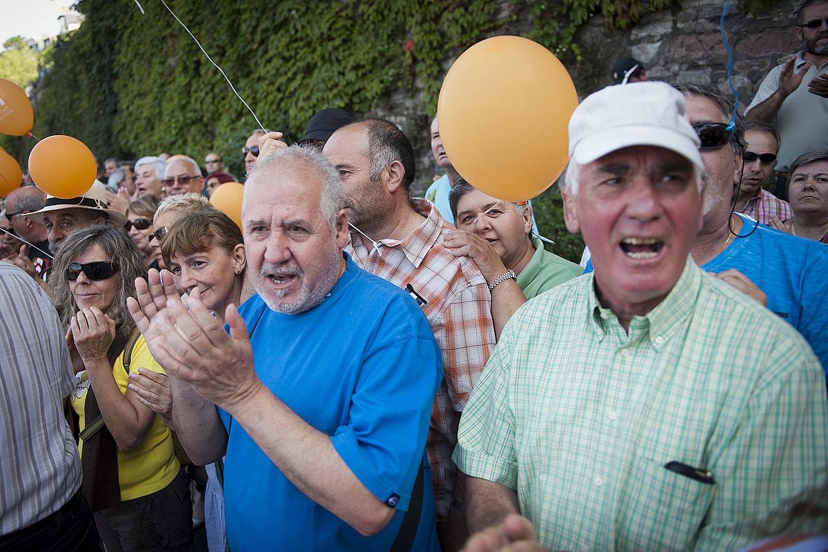 Jendea txaloka, manifestazioaren burua igarotzen ari zen unean. / GARI GARAIALDE / ARGAZKI PRESS
