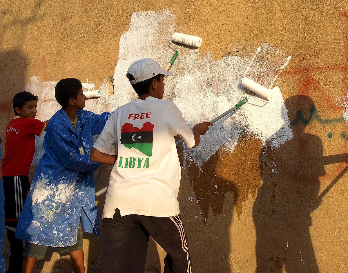 Zintan, herriko umeek paretak pintatzeari ekin diote. Muammar Gaddafiren kontra altxatu zen lehen herria izan zen. / KARLOS ZURUTUZA