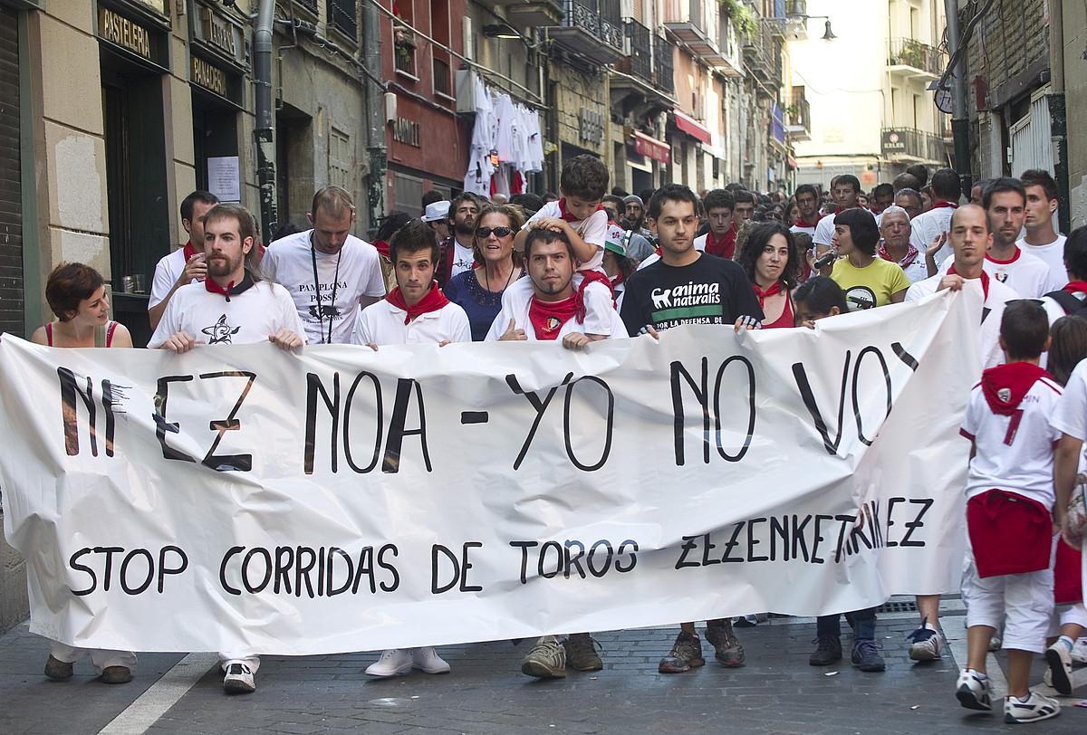 Zezengorri taldeak antolatuta, zezenketen aurkako manifestazioa egin zuten atzo Iruñeko Alde Zaharreko karriketan. / JAGOBA MANTEROLA / ARGAZKI PRESS