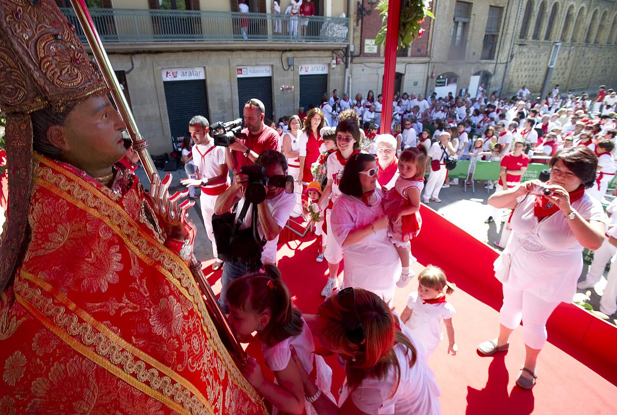 Santu beltzarana hurbiletik ikusteko aukera izan zuten atzo Iruñeko umeek, haien eguna zela baliatuta. / JAGOBA MANTEROLA  / ARGAZKI PRESS