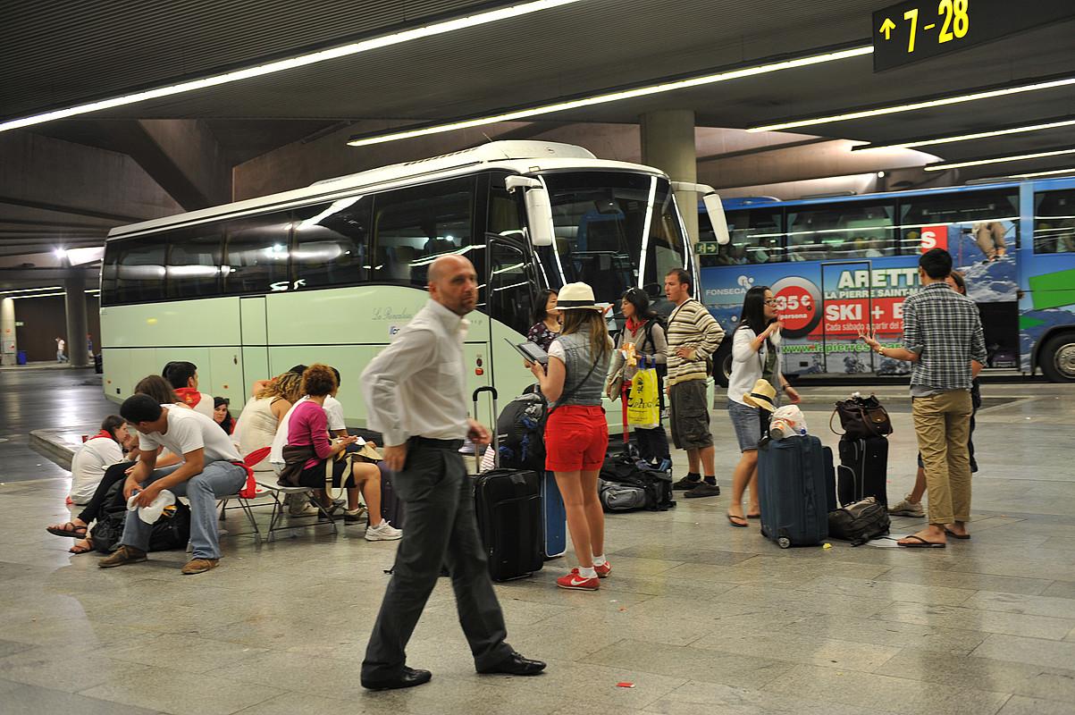 Igandean 150 autobus inguru atera ziren Iruñeko autobus geltokitik, bertzeak bertze, Gasteizera eta Bilbora bidean. / IDOIA ZABALETA / ARGAZKI PRESS