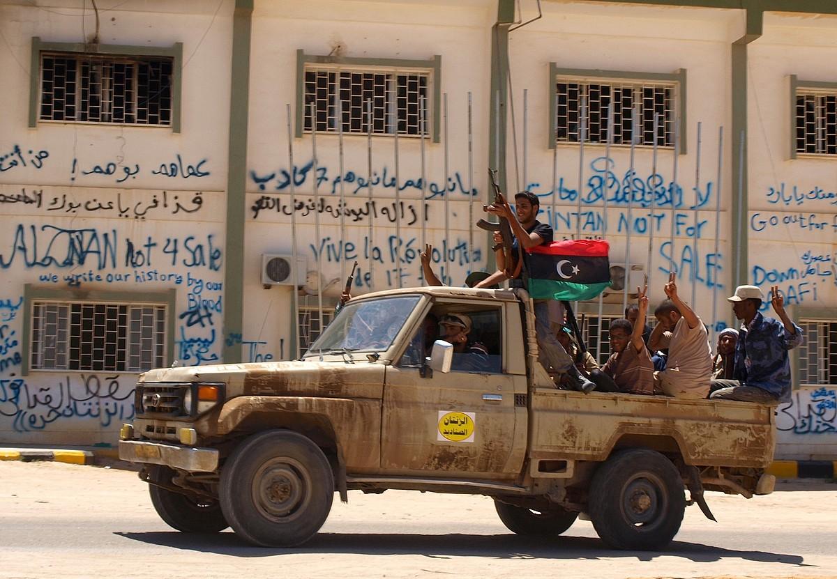Libiar matxinoak, hiru koloreko bandera daraman ibilgailuan, Nalutetik Tripolira bidean. / KARLOS ZURUTUZA