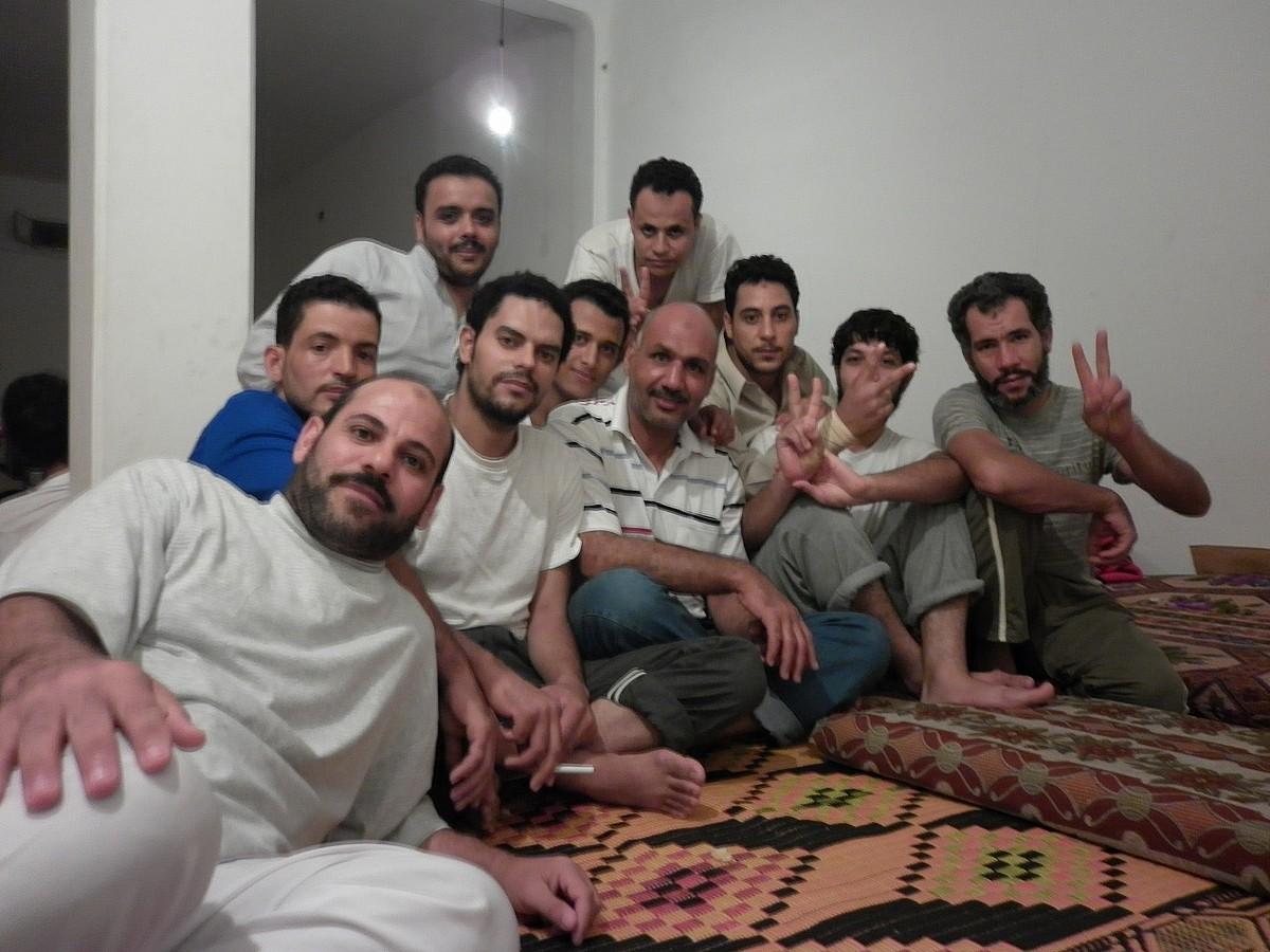 Aiman Agami Abdelgauad, irudiaren erdian elastiko marradunarekin, Abu Salim kartzelatik ateratako preso ohiekin, atzo, Zintan hirian. / KARLOS ZURUTUZA