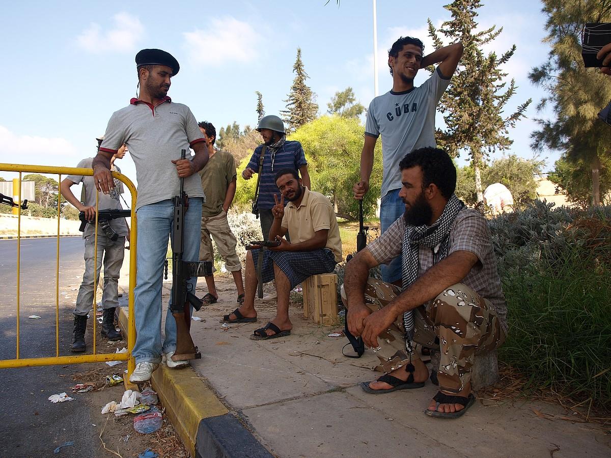 Gaddafiren kontra altxatu diren matxinoen kontrol postu bat, Tripoliko sarreran. / KARLOS ZURUTUZA