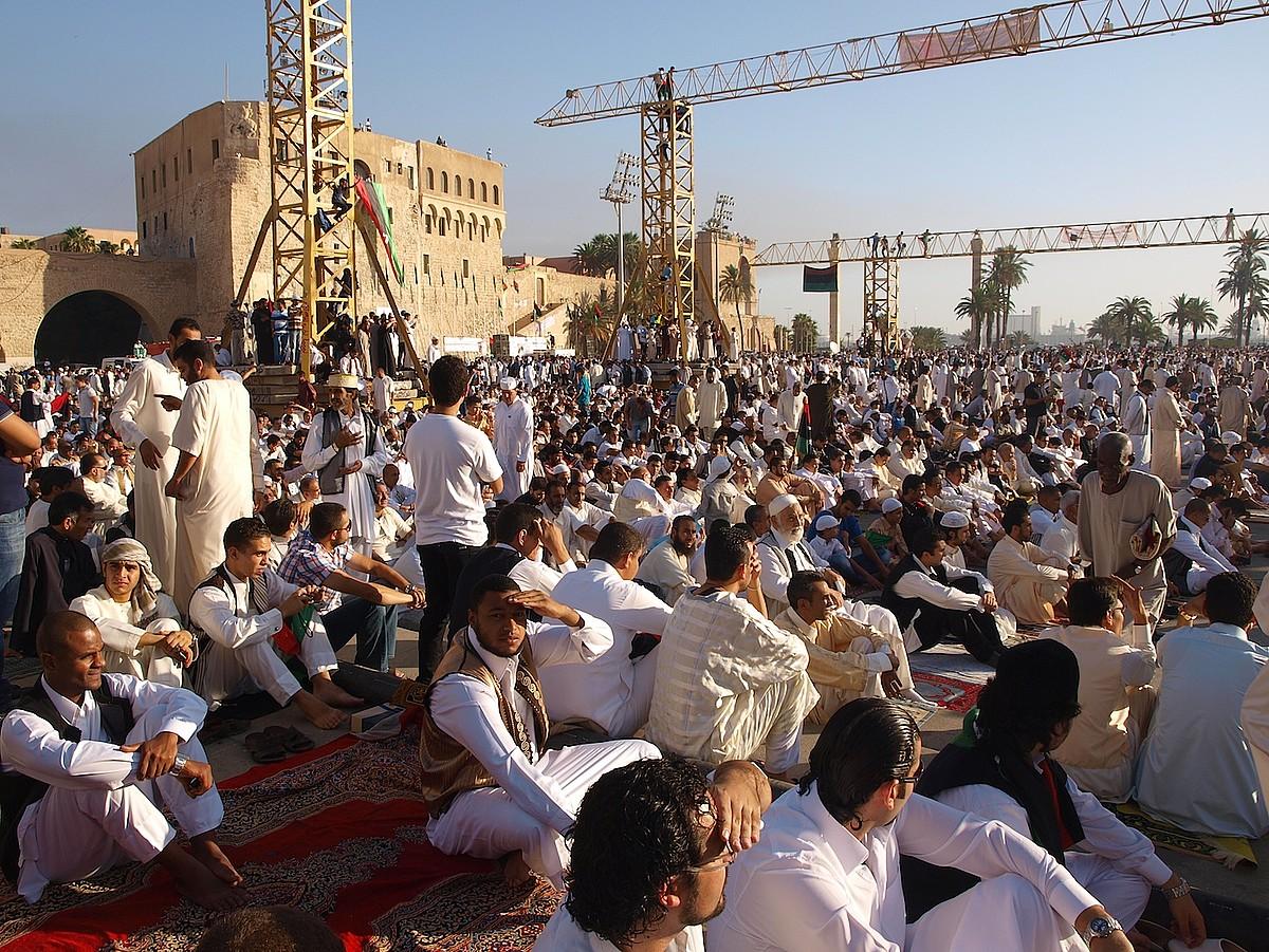 Jendetza Tripoliko Martirien plazan, Gaddafik <em>Plaza Berdea</em> deitu zuenean, Ramadana amaitu osteko lehen otoitzaldian. / KARLOS ZURUTUZA