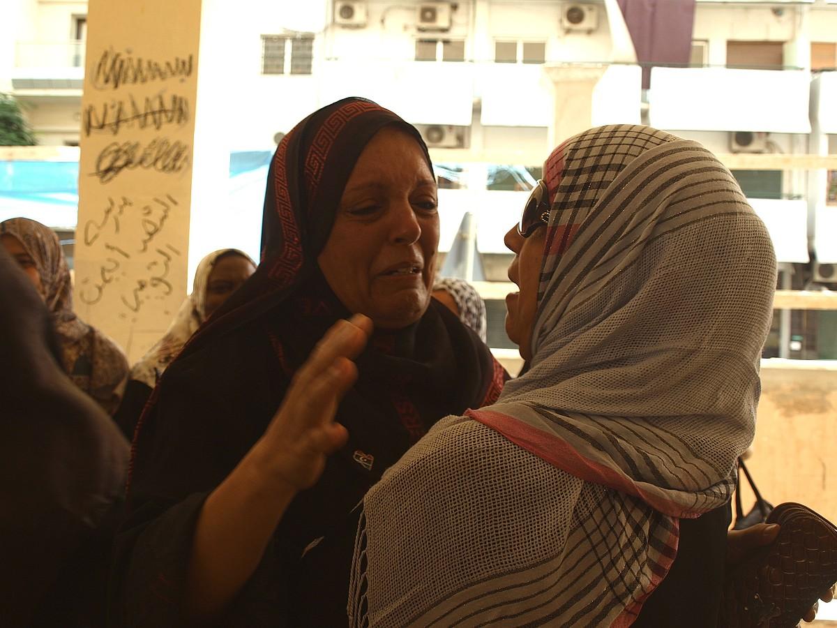 Tripoliko Shoala eskolako irakasleak, negarrez eta irrintzika, oporren osteko lehen lanegunean. / KARLOS ZURUTUZA