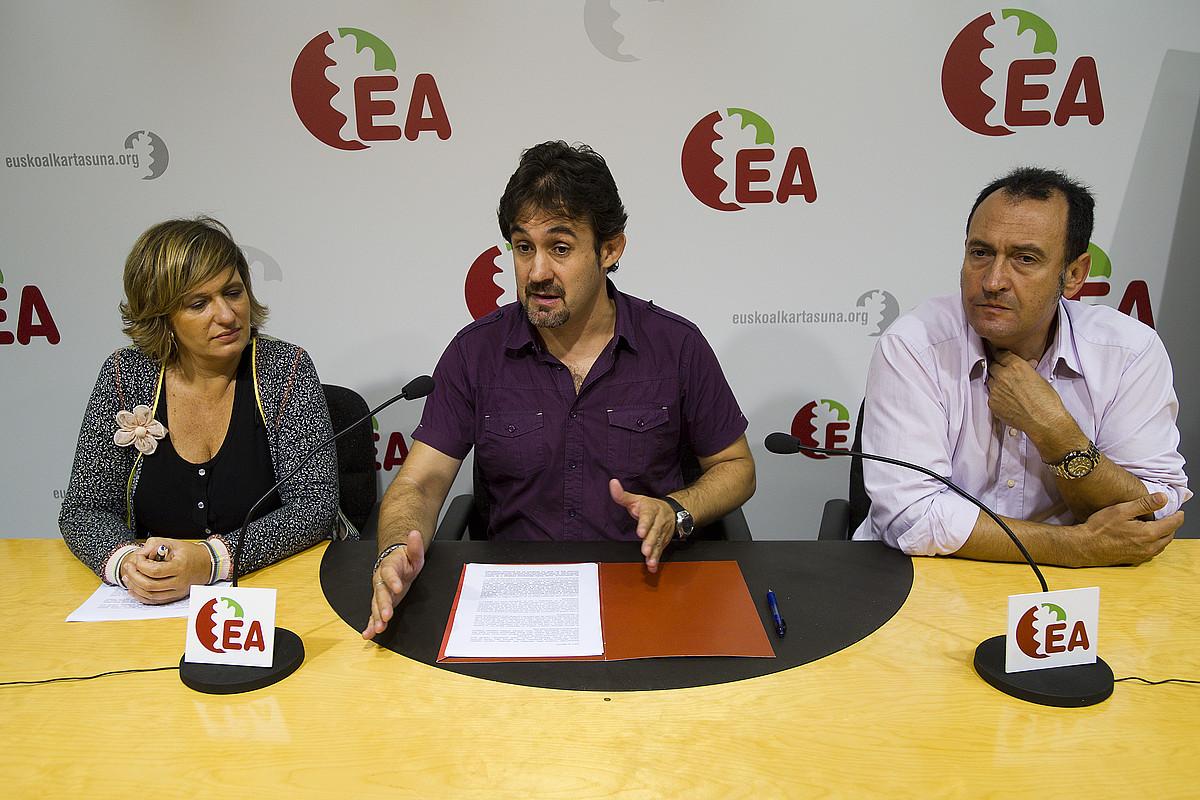 Ikerne Badiola, Pello Urizar eta Mariano Alaba, atzo, EAren prentsaurrekoan. / GARI GARAIALDE / ARGAZKI PRESS