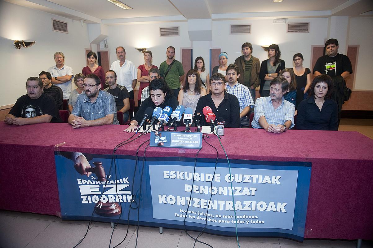Mobilizazioetarako deia egin zuten prentsaurrekoan izan ziren 'Bateragune auzian' auzipetutako Mañel Serra, Txelui Moreno, Rafa Diez eta Amaia Esnal, atzo. / JUAN CARLOS RUIZ / ARGAZKI PRESS
