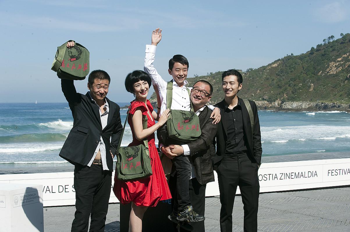 Wang Xiaoshuai zuzendaria (laugarrena ezkerretik), Quiao Renliang, Ju Ze, Liu Wenquing eta Wang Jingchun aktoreekin, atzo, <em>11 Flowers</em> filmaren emanaldiaren ostean, Donostian. / JUAN CARLOS RUIZ / ARGAZKI PRESS