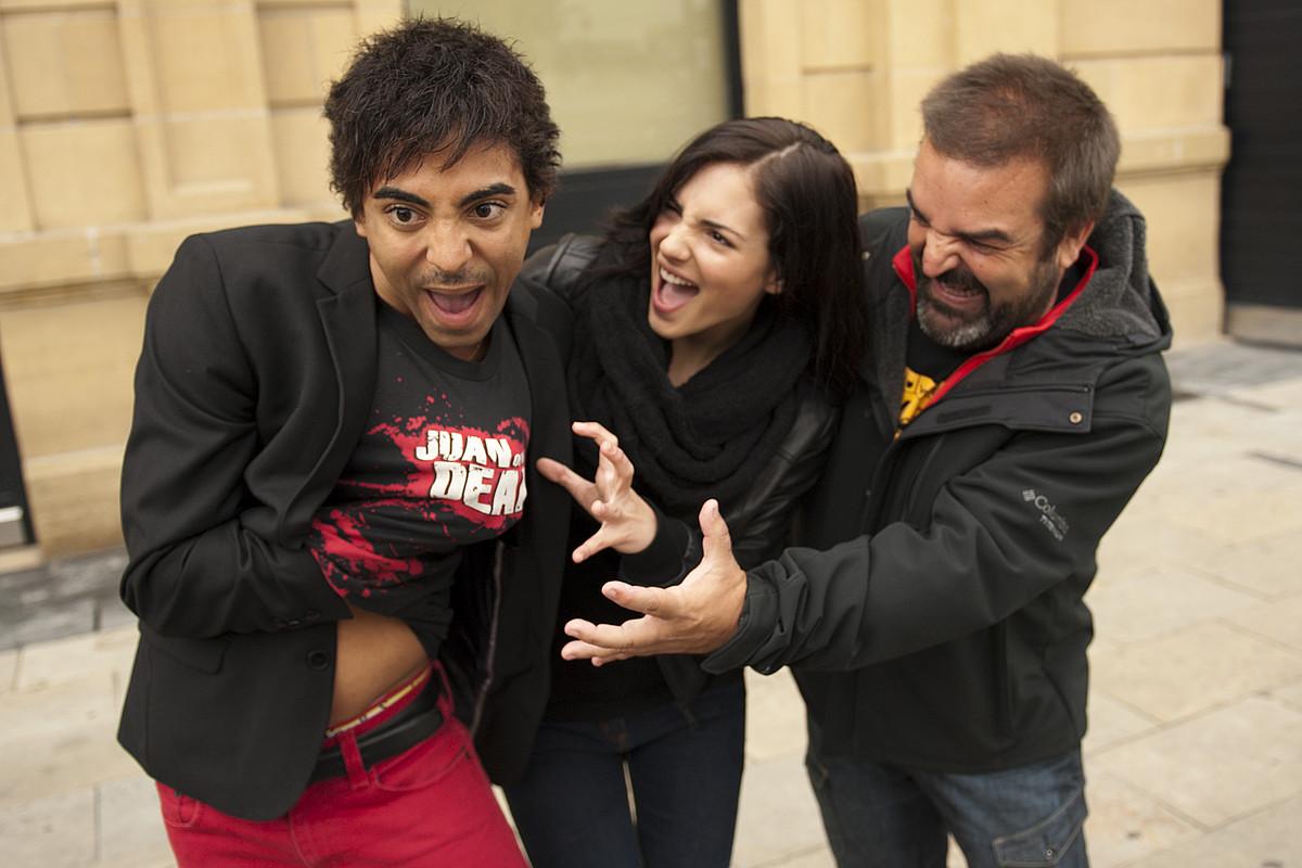 Jazz Vila eta Andrea Duro aktoreak, Gervasio Iglesias ekoizlearekin, atzo, Donostian. / GARI GARAIALDE / ARGAZKI PRESS