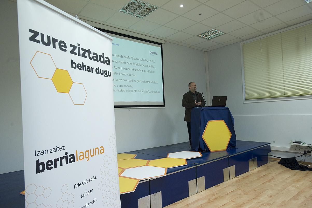 Joanmari Larrarte BERRIA Taldeko kontseilari ordezkaria, egitasmoaren nondik norakoen berri ematen. / GORKA RUBIO / ARGAZKI PRESS
