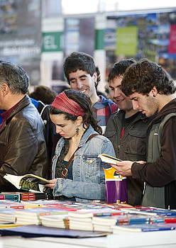Jendetza ibili zen atzo azokan, baina liburu artean arakatzeko aukera ere izan zuten batzuek. / MARISOL RAMIREZ / ARGAZKI PRESS
