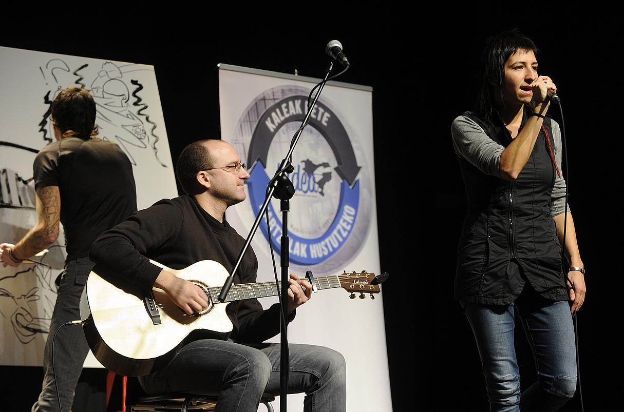 Eriz Perez eta Naroa Gaiza musikariak <em>Zuentzat</em> abestia kantatzen. / MONIKA DEL VALLE / ARGAZKI PRESS