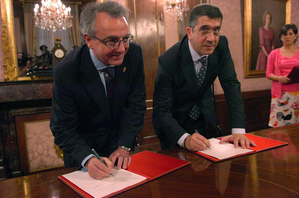 Miguel Sanzek eta Patxi Lopezek Nafarroan ETBren presentzia normalizatzea hitzartu zuten 2009ko uztailean. / JAGOBA MANTEROLA / ARGAZKI PRESS