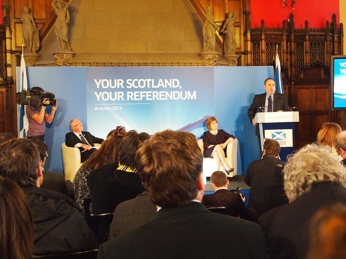 Alex Salmond Eskoziako lehen ministroa, erreferendumari buruzko proposamena aurkezten, atzo, Edinburgoko gazteluan. / JON FERNANDEZ