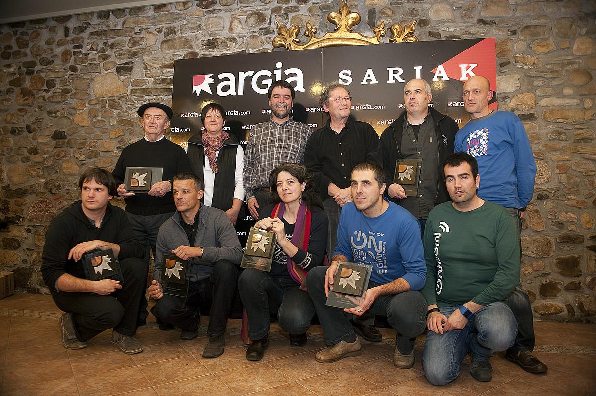 2012ko Argia sarietako irabazle guztiak, elkarturik, atzo, sari banaketaren amaieran. / JUAN CARLOS RUIZ / ARGAZKI PRESS