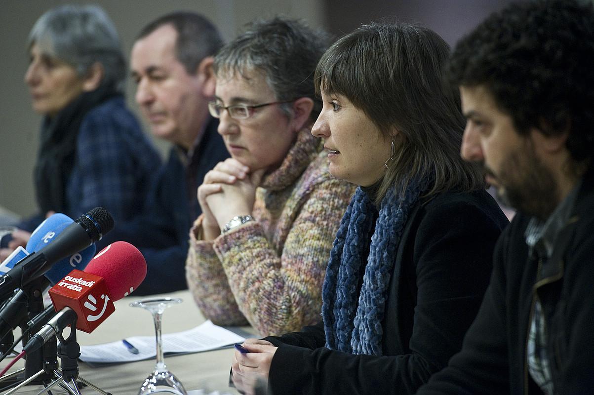 Maribi Ugarteburu auzipetuekin batera, atzoko prentsaurrekoan. / LUIS JAUREGIALTZO / ARGAZKI PRESS