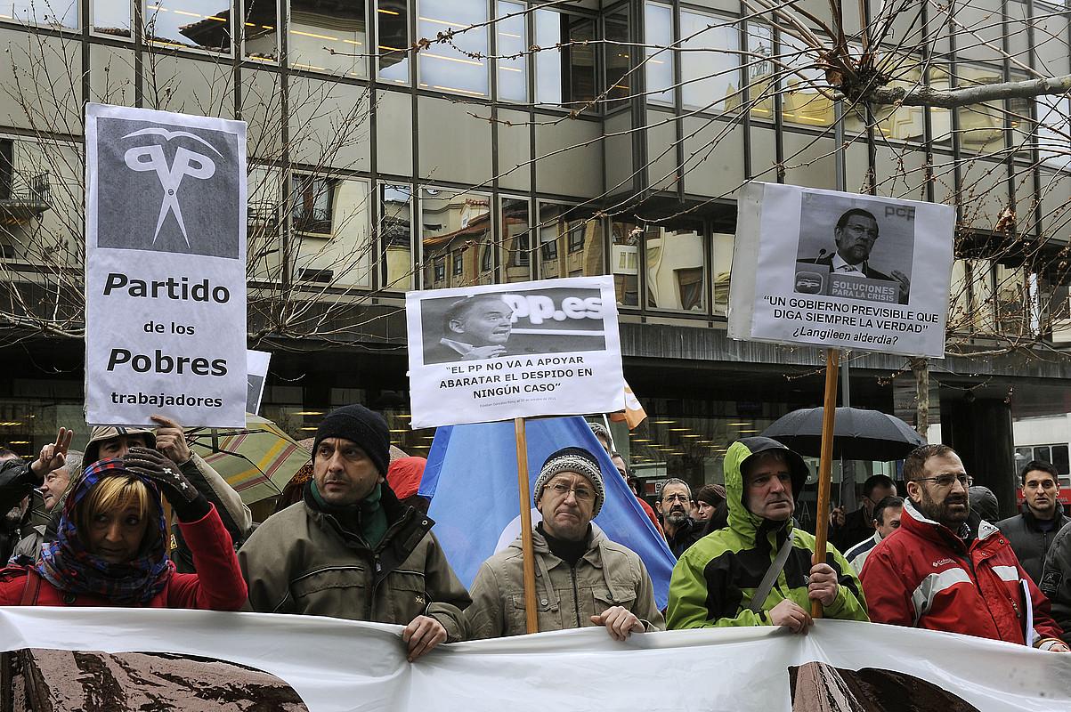 Solidari sindikatuko kideak lan erreforma salatzen, atzo, PPren Iruñeko egoitzaren aurrean. / IDOIA ZABALETA / ARGAZKI PRESS