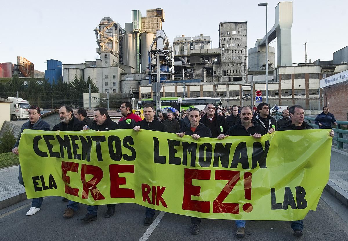 Cementos Lemonako langileek iragan astean erregulazioaren kontra egindako protesta bat. ©LUIS JAUREGIALTZO / ARP