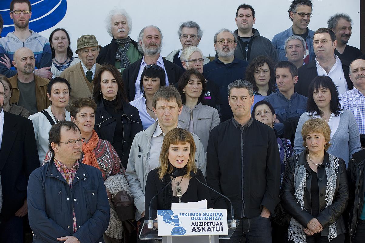 Eneko Olasagasti zinema zuzendariak eta Alaia Martin bertsolariak irakurri zuten agiria, atzo, Donostiako Miramar jauregian. / ANDONI CANELLADA / ARGAZKI PRESS