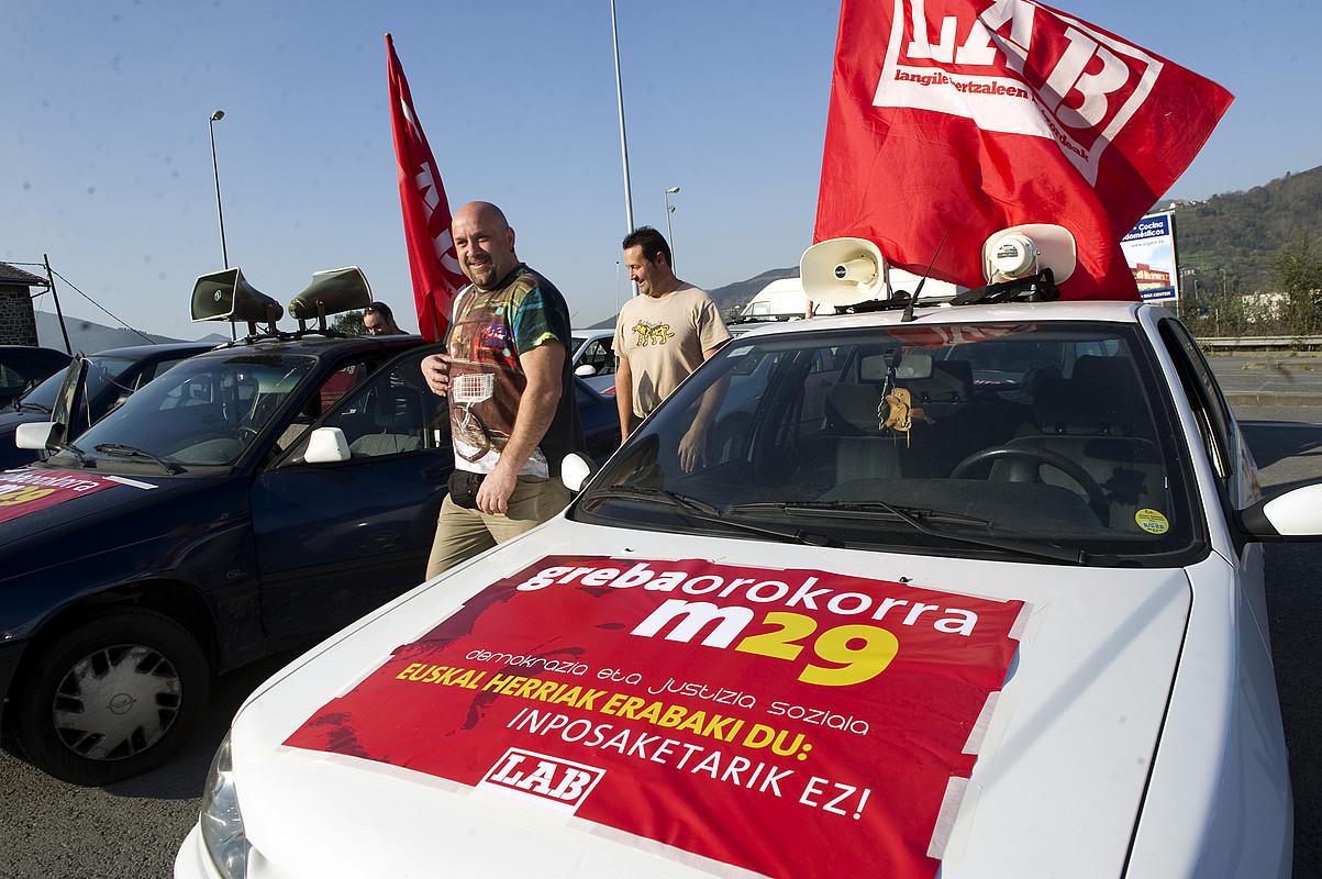 LABeko hainbat ordezkari, biharko grebarako karabanak prestatzen. / MARISOL RAMIREZ / ARGAZKI PRESS