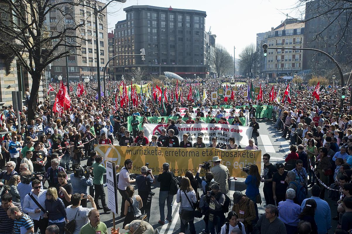 ELA, LAB, ESK, EILAS, Hiru, CGT sindikatuek eta eragile sozialek deituta, atzo eguerdian egin zuten manifestazioa. / LUIS JAUREGIALTZO / ARP