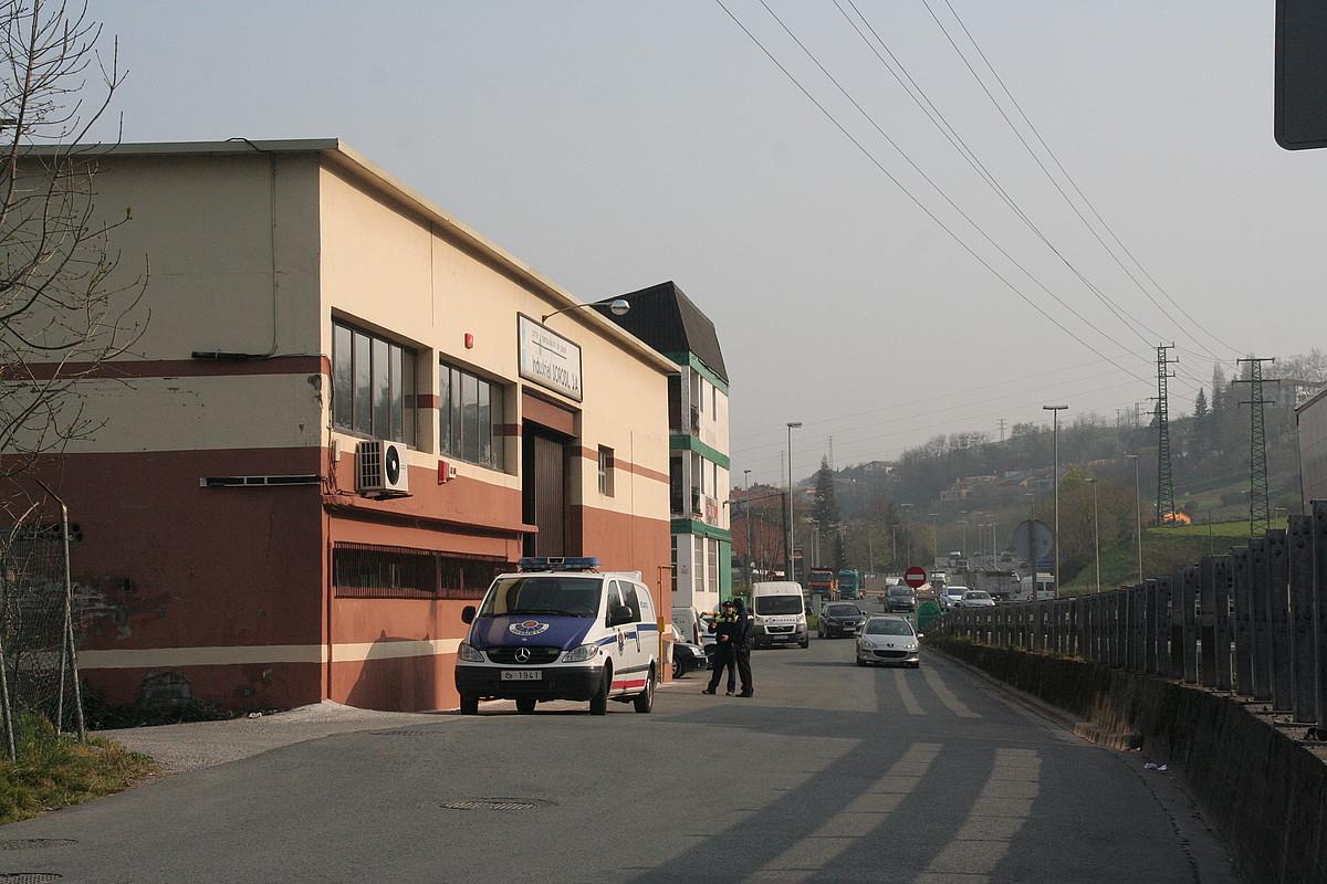 Ertzaintzaren furgoneta bat, Industrial Borobil enpresaren parean, Villabonako 34 poligonoan. ©TOLOSALDEKO HITZA