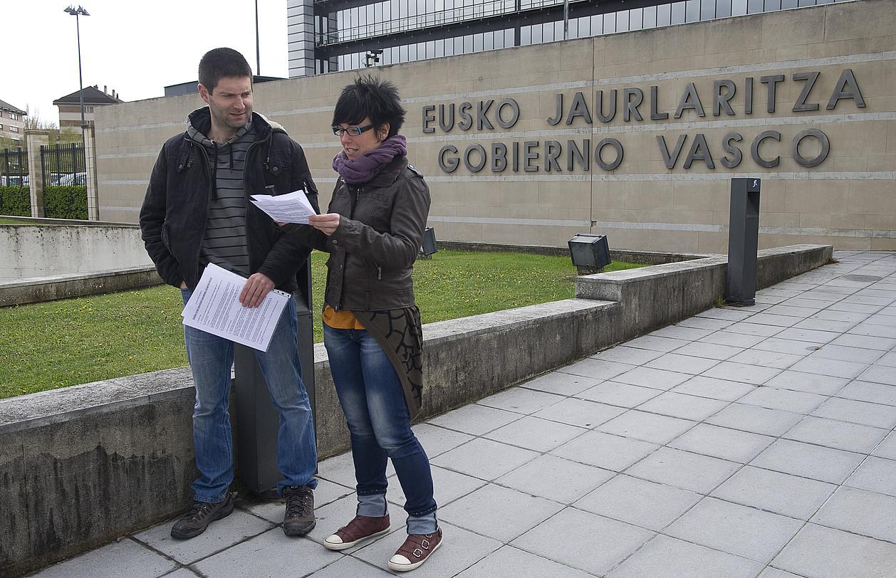 Iñaki Ziarsolo Hala Bediko kidea eta Aitziber Zapirain Antxeta irratiko koordinatzailea. / RAUL BOGAJO / ARGAZKI PRESS