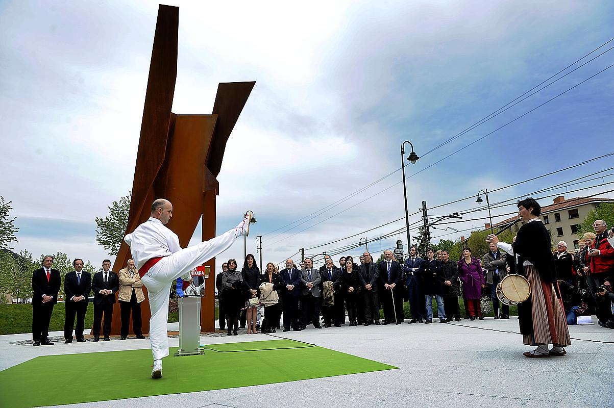 Nestor Basterretxearen <em>Suak eragindako agonia</em> eskulturaren inaugurazio ekitaldia.