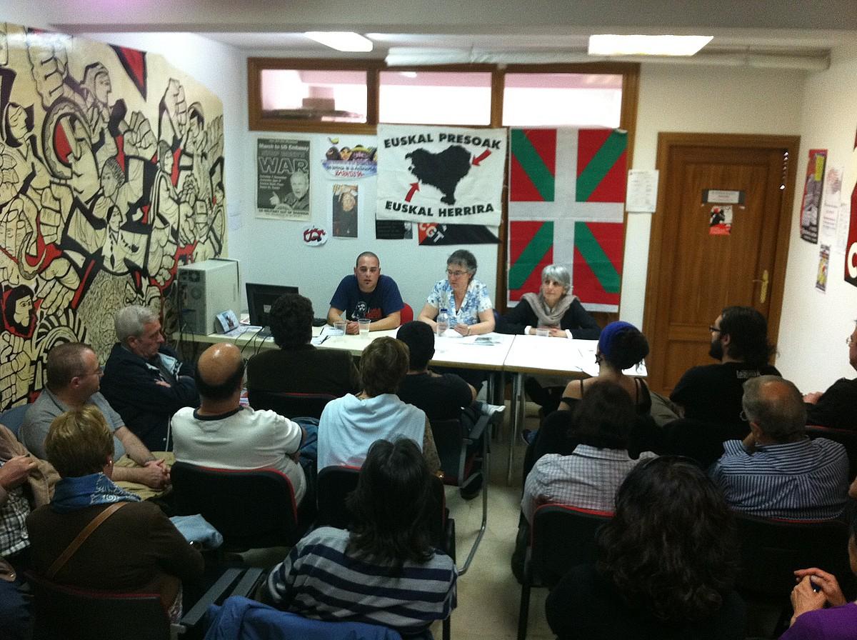 Arantza Urkaregi eta Amparo Lasheras, atzo, Torrejon de Ardozen egindako hitzaldian. / JOKIN SAGARZAZU