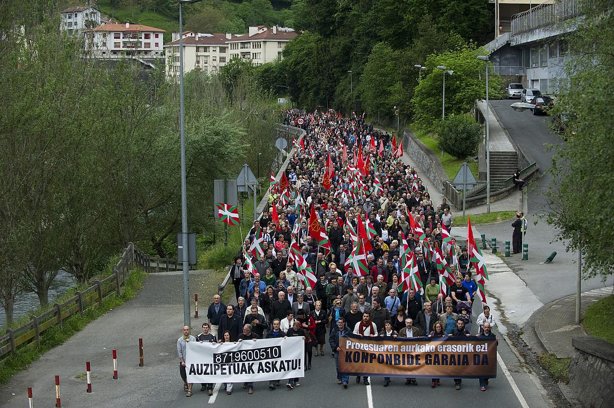 Auzitegi Gorenaren epaia salatzeko, manifestazioa egin zuten atzo Elgoibarren. / JUANAN RUIZ / ARGAZKI PRESS