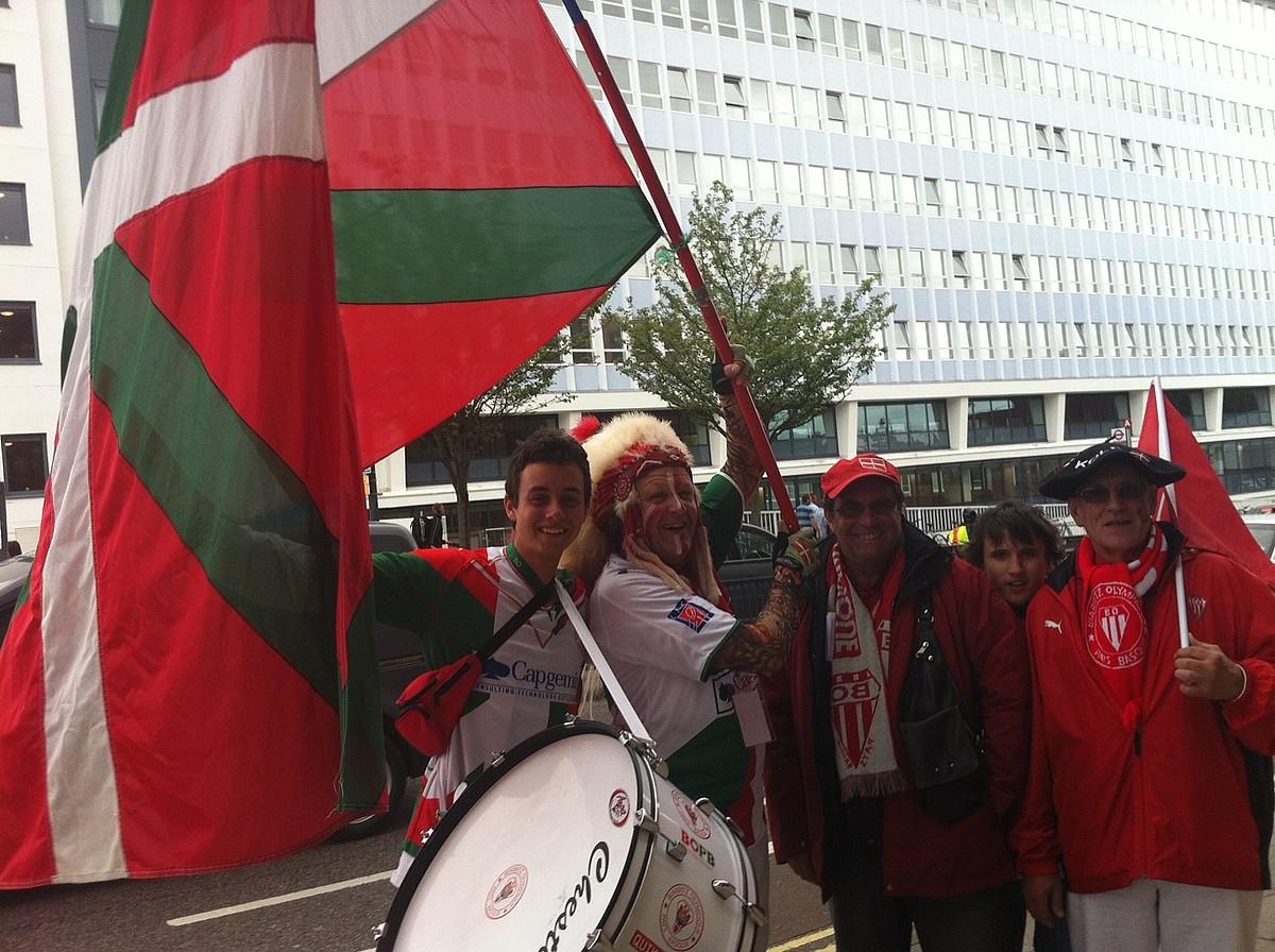 Euskal Herritik joaniko zale talde bat, Geronimo maskotarekin, atzoko partida hasi aurretik. / ENERITZ ZABALETA