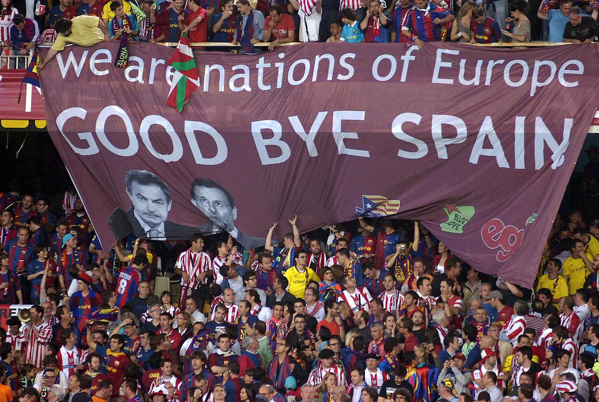Athleticeko eta Bartzelonako zaleak 2009ko Espainiako Kopako finalean, Mestallan. / MONIKA DEL VALLE / ARGAZKI PRESS