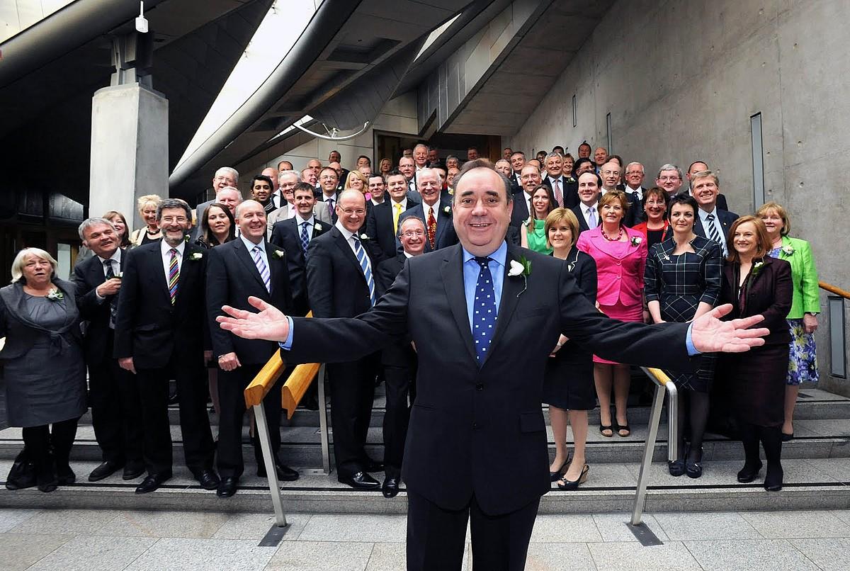 Alex Salmond Eskoziako lehen ministroa, SNP Eskoziako Alderdi Nazionaleko ordezkariekin. / BERRIA
