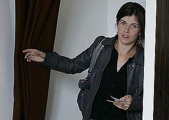 EH Baiko hautagai Anita Lopepe, herenegun, boto paperak hartzeko gelatxotik irteten. / P.TOHIER / PHOTOMOBILE