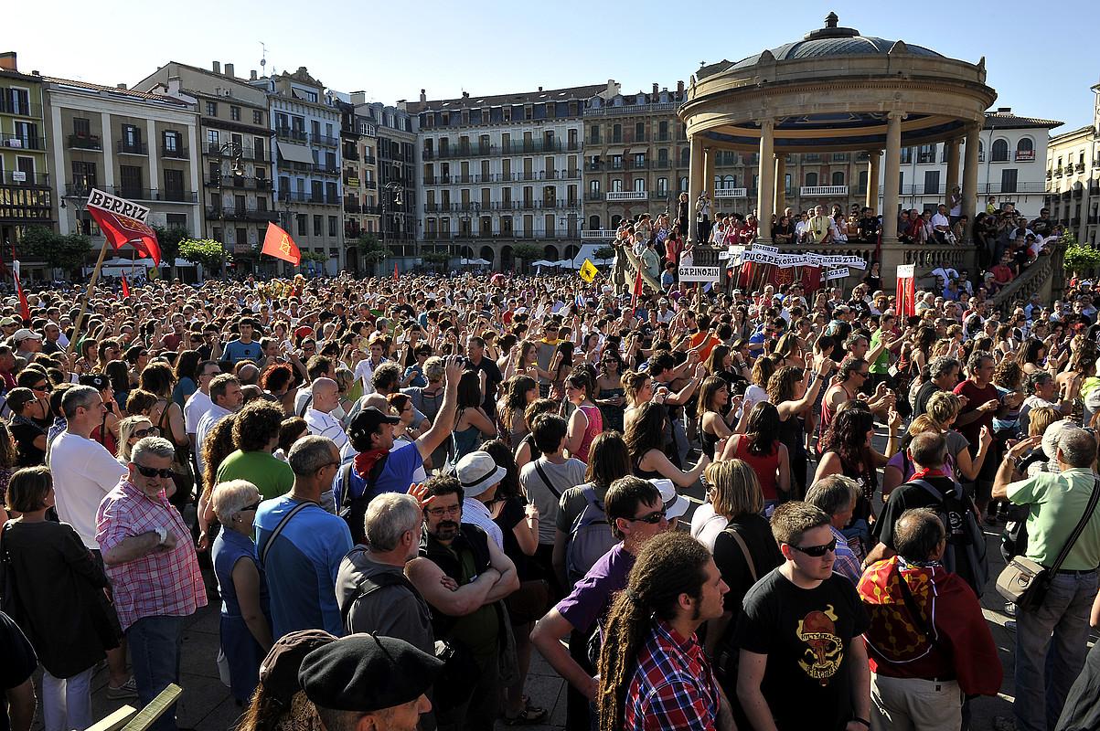 Manifestazioaren amaierako irudi bat; jendetza bildu zen, eta Iruñeko Gazteluko plaza txiki geratu zen denak hartzeko. / IDOIA ZABALETA / ARGAZKI PRESS