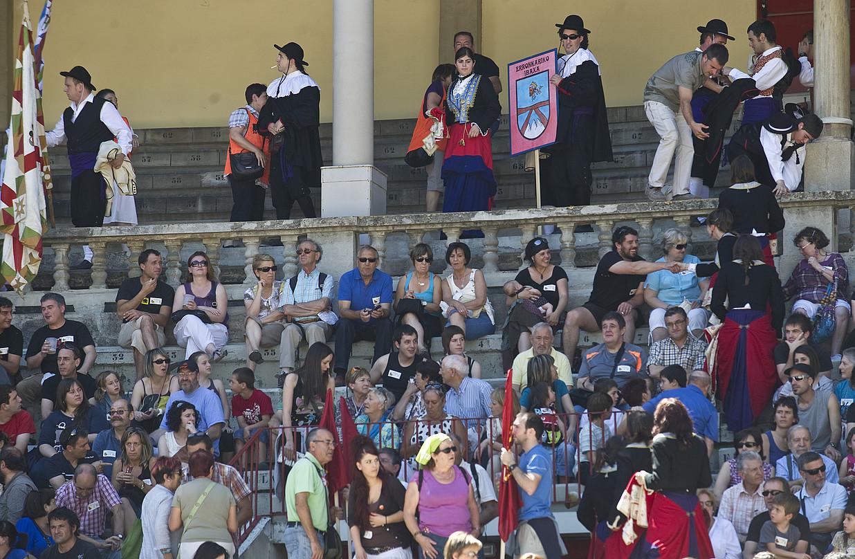 Egun osoan hainbat ekitaldi egin ziren Iruñeko zezen plazan, eta jendetza batu zen.
