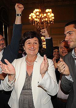 Alderdi Sozialistako Colette Capdevielle (ezkerrean) eta Sylviane Alaux (eskuinean)  diputatu aukeratu berriak, garaipena ospatzen. / GAIZKA IROZ
