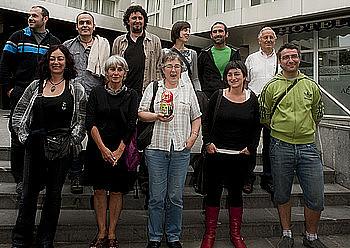 <em>D3M eta Askatasuna auziko</em> auzipetuak, atzo, Donostian egin zuten agerraldian. / JUAN CARLOS RUIZ / ARGAZKI PRESS