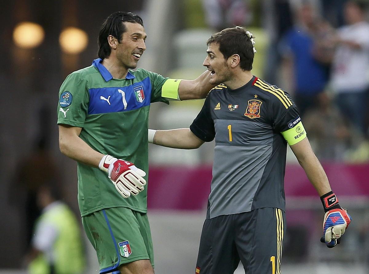 Gianluigi Buffon eta Iker Casillas, elkar agurtzen, lehen faseko partidan. / P.L.