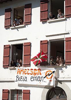 Donaixtiko eskola ohia (Nafarroa Beherea), okupatu zuten egunean. ©BERRIA
