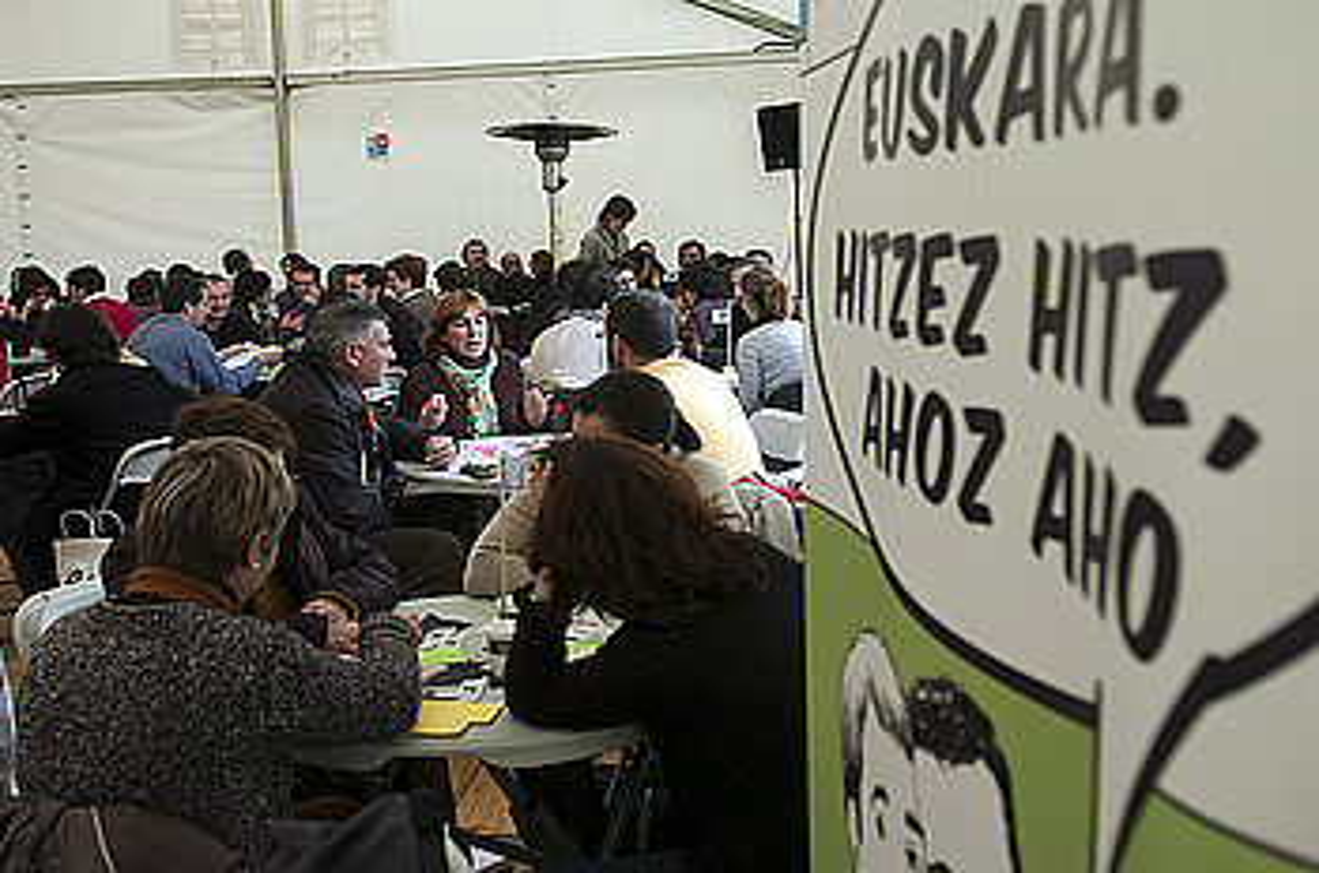Euskararen Nazioarteko Egunaren karietara urtero Donostian egiten den Mintzodromoa. / JUAN CARLOS RUIZ / ARGAZKI PRESS