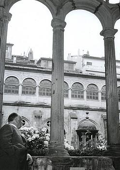 Ezkerrean, Alfred Hitchcock San Telmo museoan, 1958an. Eskuinean, Elizabeth Taylor eta Sofia Loren Donostian, 1973an eta 1974an hurrenez hurren. / PACO MARI-JAIME BASTERRETCHE / DONOSTIA ZINEMALDIA-SAN TELMO MUSEOA