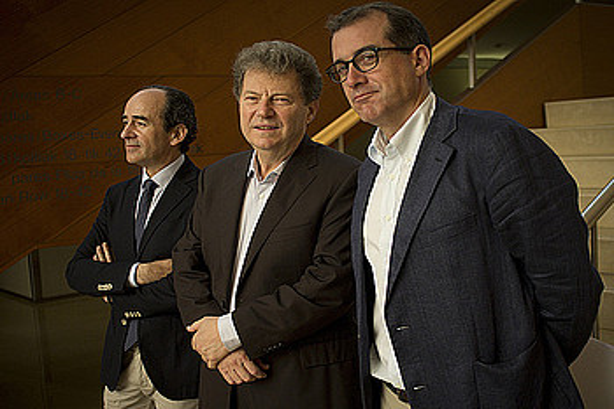 Juan Cid Euskadiko Kutxako ordezkaria, Yoel Levi orkestra zuzendaria eta Patrick Alfaya Hamabostaldiko zuzendaria. ©GARI GARAIALDE / ARGAZKI PRESS